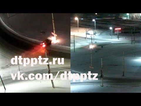 Иномарка на полном ходу врезалась в фонарный столб в Петрозаводске