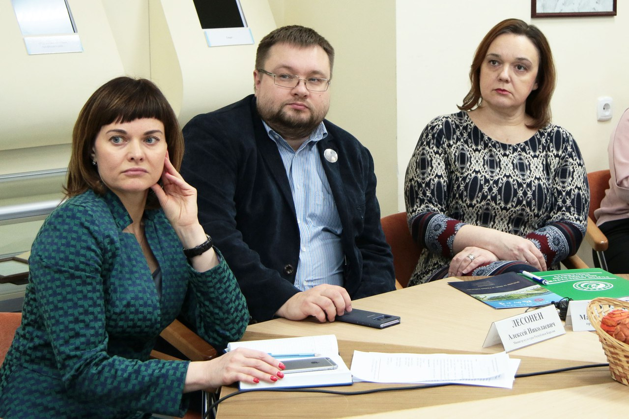 Участники видеоконференции. В центре - Алексей Лесонен. Фото: пресс-служба правительства Карелии