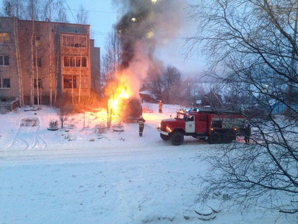 Припаркованный автомобиль сгорел на окраине Петрозаводска сегодня утром