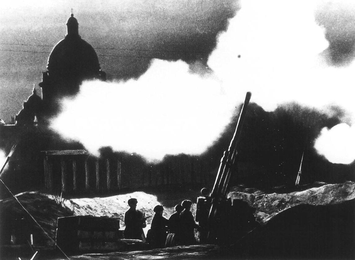 Отражение авианалета на Ленинград возле Исаакиевского собора. 1941. Фото – Википедия