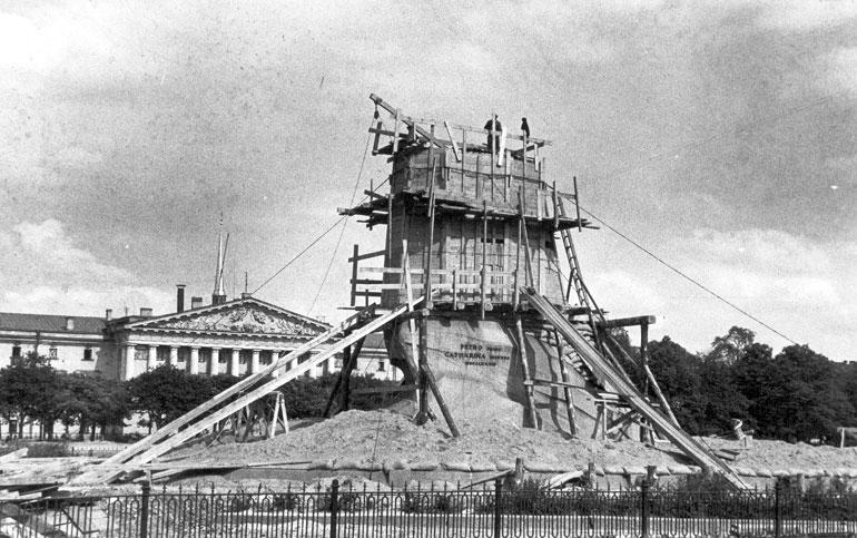 Памятник Петру I в защитном устройстве на площади Декабристов. Август 1941 г. Фото – Википедия