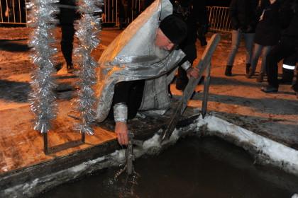 Сотни человек уже окунулись в Крещенскую купель в Петрозаводске