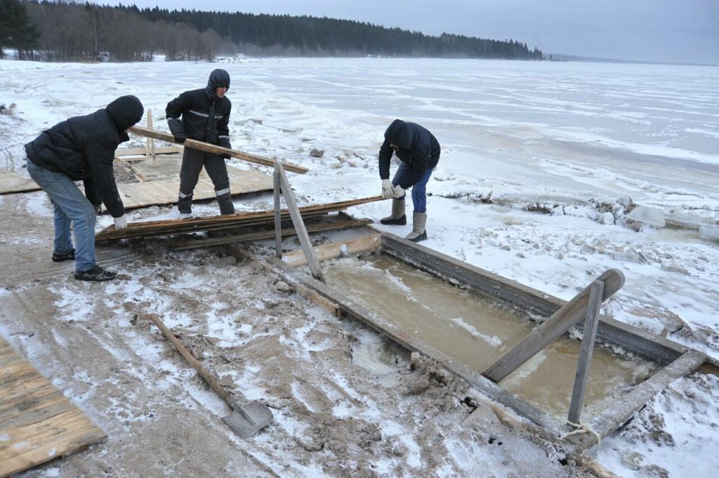 Проруби для Крещенских купаний в Петрозаводске проверил руководитель МЧС Карелии