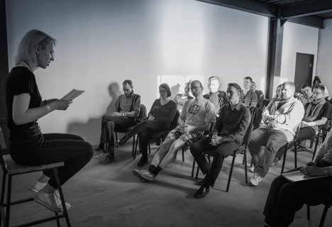 При свечах и под аплодисменты проходят во Владивостоке встречи поэтов