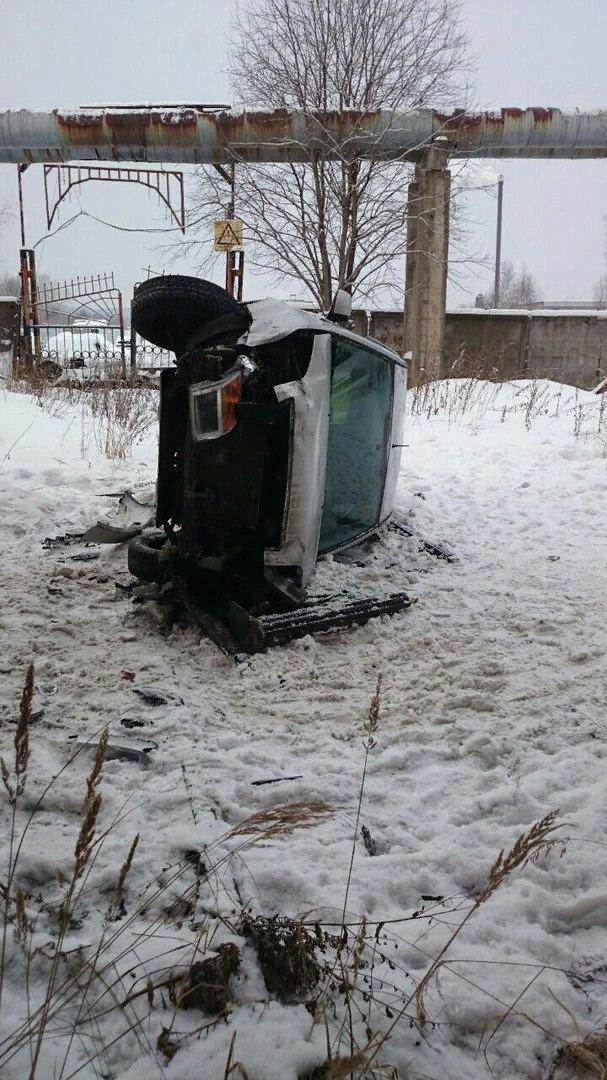 Иномарка в Петрозаводске пробила ограждение и упала с моста