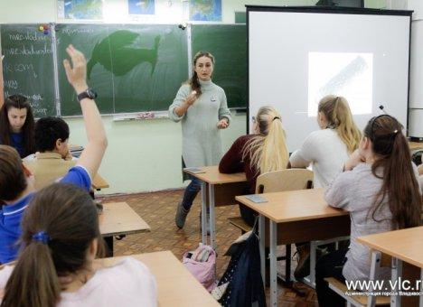 Более 50 школ и детсадов Владивостока испытывают кадровый голод