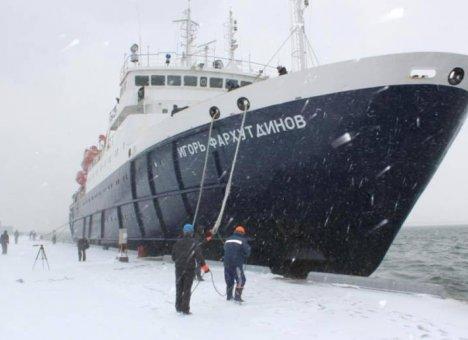 Ледокол из Владивостока направят к застрявшему в Охотском море теплоходу