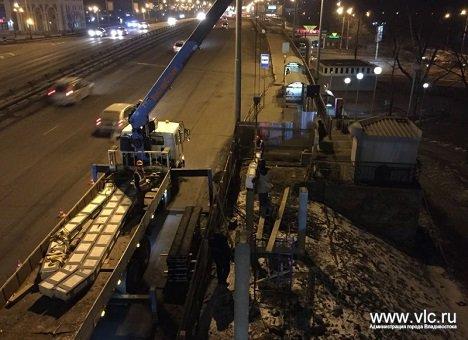 Во Владивостоке восстанавливают переход, разрушенный в результате ДТП