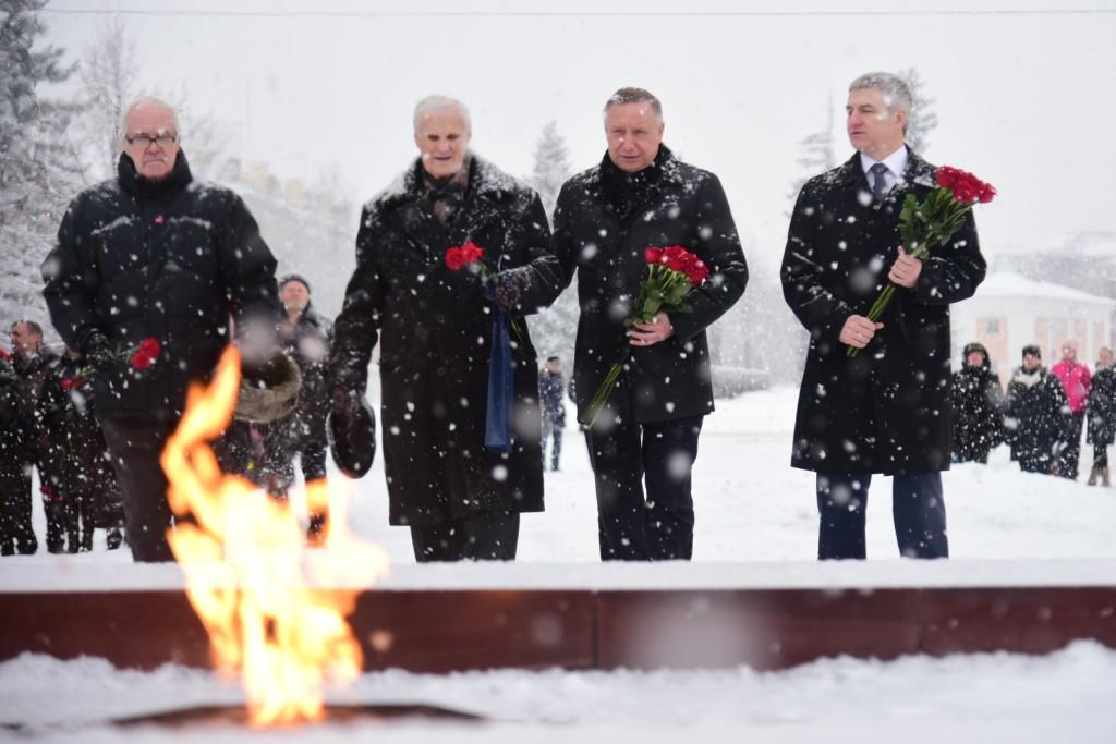 Визит полпреда президента в СЗФО Александра Беглова в Карелию начался с возложения цветов к военным мемориалам