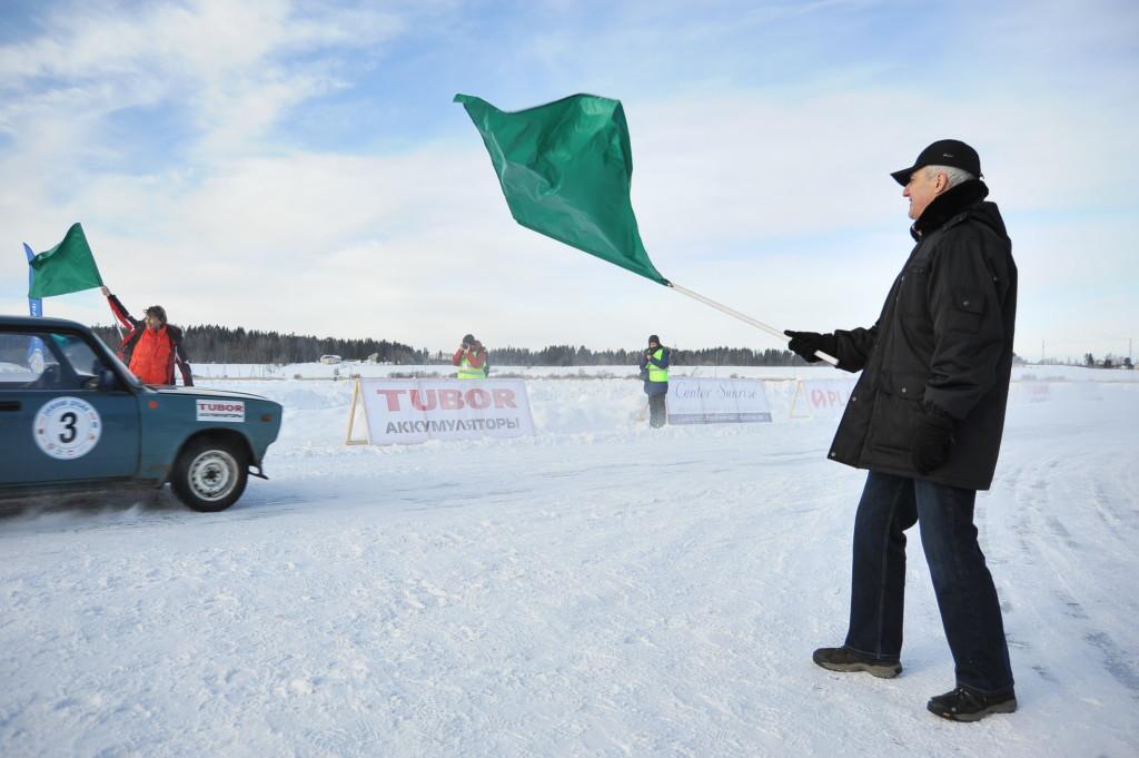 80-летний пилот участвует в 25-часовой гонке на льду в Сортавале