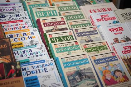 Артур Парфенчиков передал книги библиотеке поселка Валдай