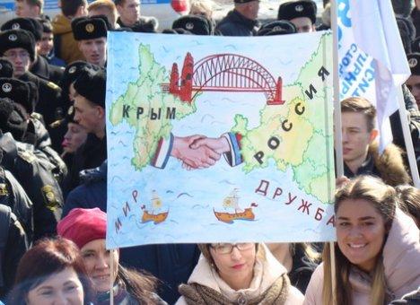 Крымская улица по городу идет...