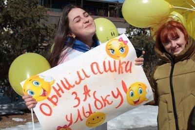 Горожане и гости Владивостока пожелали друг другу счастья