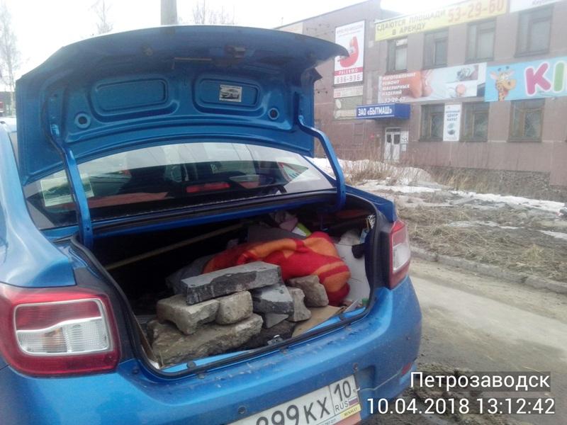 Пенсионер за свой счет заделал яму на дороге Петрозаводска и накрыл ее ковром