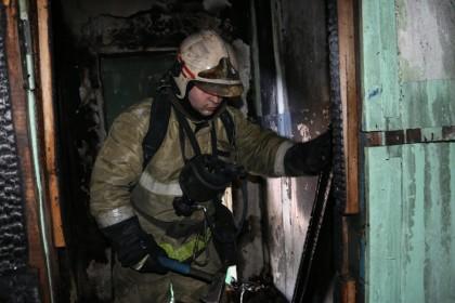 Пожарные Петрозаводска эвакуировали жильцов горящего дома из окон 9-го этажа