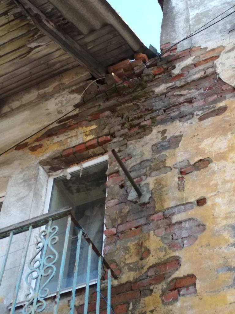 Жители СКЗ добились ремонта аварийного дома с падающими кирпичами