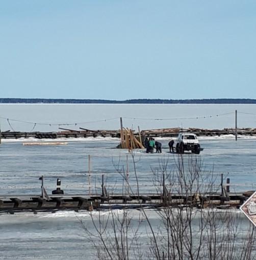 УАЗ провалился под лед Онежского озера в Петрозаводске
