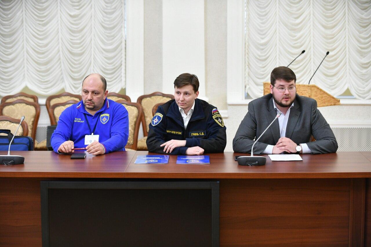 Московские спасатели показали в правительстве Карелии современные аптечки