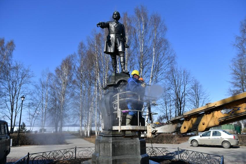 Памятник Петру Первому помыли в Петрозаводске