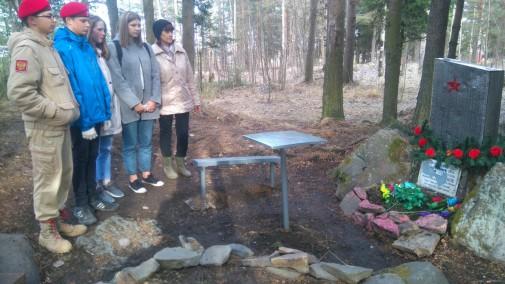 Юнармейцы вышли на субботник у могилы 18-летнего бойца ВОВ в Петрозаводске