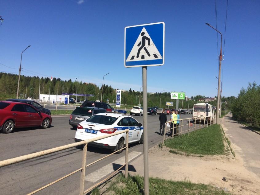 Мужчина попал под колеса сразу двух транспортных средств в Петрозаводске