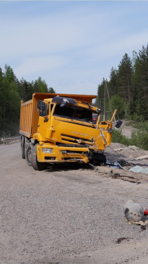 Два грузовика столкнулись на карьере в Карелии