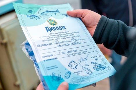 В Приморье рыбаки-профессионалы вышли на поединок с удочками