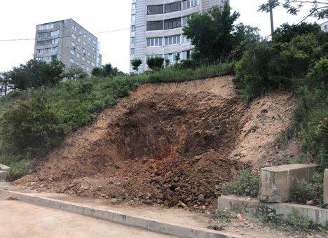 Во Владивостоке опасный котлован перед 12-этажкой бросили без надзора