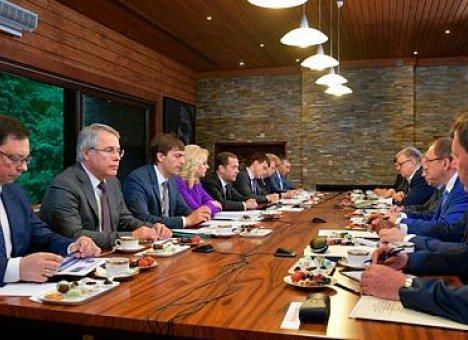 Премьер Медведев поручил ректору ДВФУ важное дело
