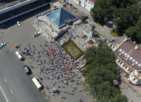 Митинг во Владивостоке собрал 300 человек, включая китайских туристов