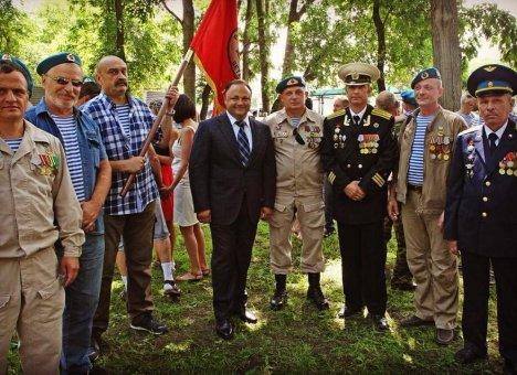 Экс-мэр Владивостока поздравил десантуру с праздником