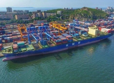 Во Владивостоке побывал гигантский контейнеровоз