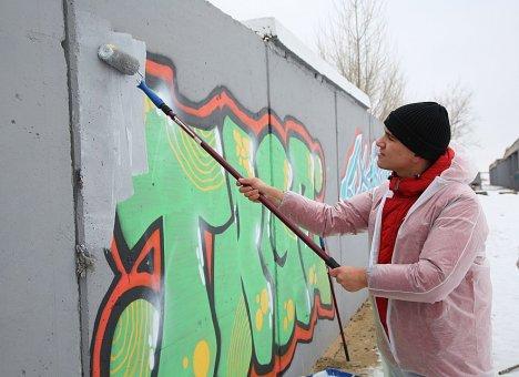 Собственники зданий во Владивостоке обязаны закрашивать граффити