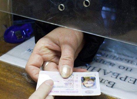 В Приморье водителям будут выдавать новые права с микрочипами