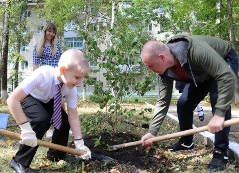 Первоклассники посадили во Владивостоке Аллею в честь самих себя