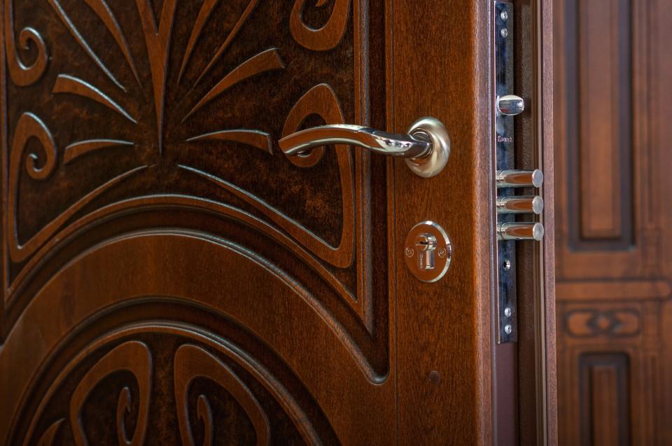 Металлическая дверь для дома