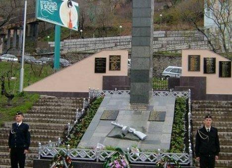 Во Владивостоке послание комсомольцев 80-х не могут достать из памятника