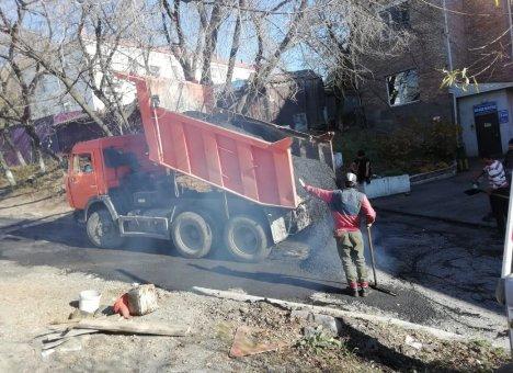 Оперативное решение Кожемяко позволило отремонтировать во Владивостоке несколько тысяч квадратных метров дорог
