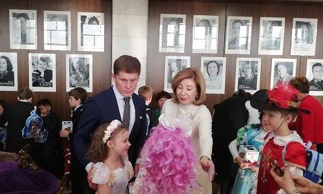 Олег Кожемяко с супругой посетил детский утренник