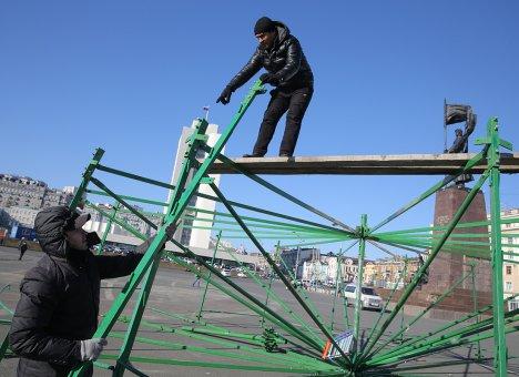 Во Владивостоке начался монтаж главной городской ёлки со звездой в два метра