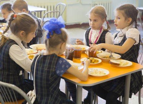 Школьников Владивостока начали кормить по новому меню