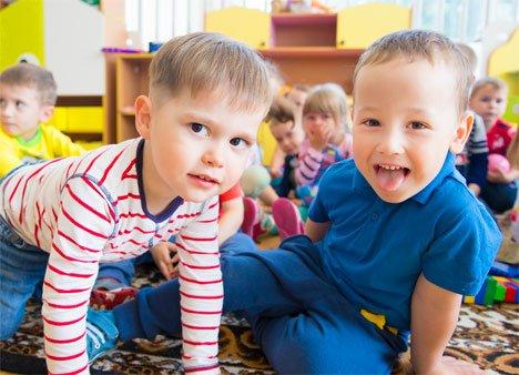 Во Владивостоке продолжается выдача детям губернаторских новогодних подарков