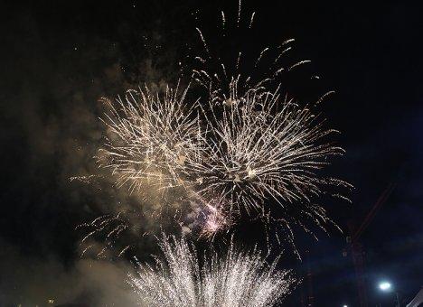 Меж двух праздничных огней
