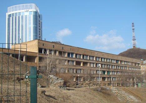 Во Владивостоке активно идет снос университетского комплекса