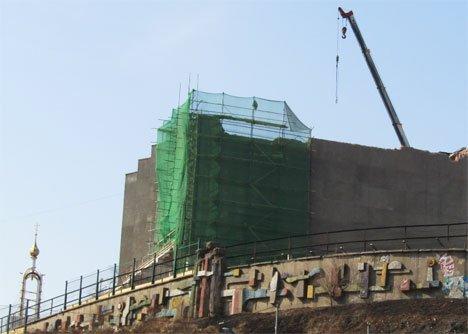 Во Владивостоке запретили фотографировать снос комплекса ДВФУ