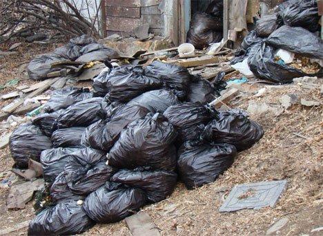 Отходы краба вывалили в центре Владивостока