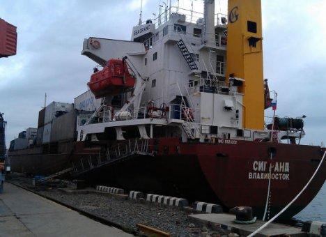 Пароход из Владивостока столкнулся с круизным лайнером в Пусане, а затем врезался в мост