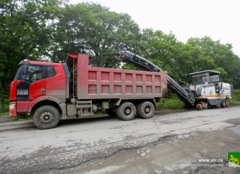 На острове Русский готовят первый участок дороги для укладки нового асфальта