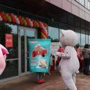 На открытии нового супермаркета во Владивостоке посетителям дарят подарки