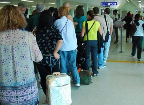 Эксперты выяснили, зачем пассажиры устраивают очередь на посадку в самолет